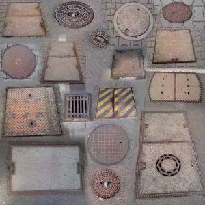 Eine ganze Reihe verschiedenster Schachtabdeckungen